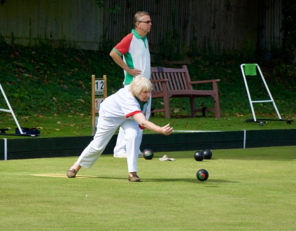 Sue bowls to the jack
